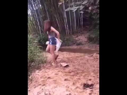 Lucu banget perempuan mau buang air.