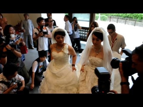 Taiwan couple in same-sex Buddhist wedding