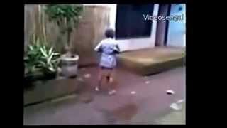 Video Lucu Nenek Nenek Berantem Kejar Kejaran