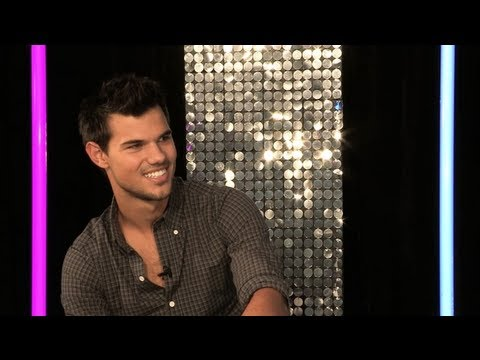 What does Taylor Lautner look for in a girlfriend?