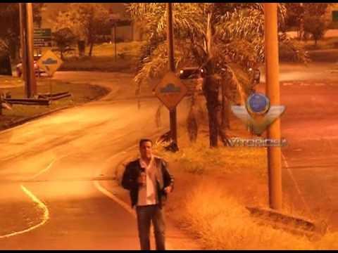 Carro bate em poste e evita queda no rio Uberabinha - parte 2