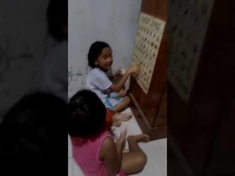 Video lucu!!  Anak kecil di ajarin baca
