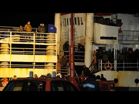 Italy migrant 'ghost ship' arrives in port