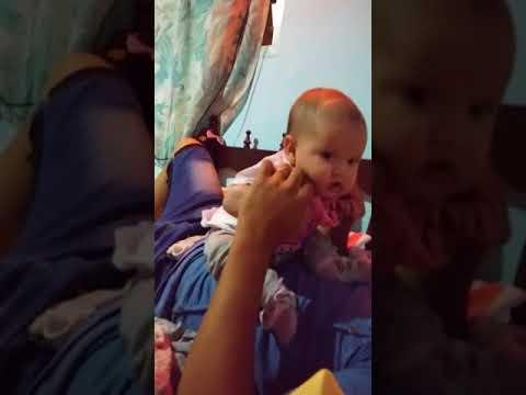 bebe riendose con su papi