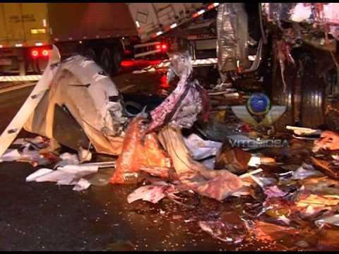 Caminhoneiro cochila e provoca acidente com duas carretas na BR-050