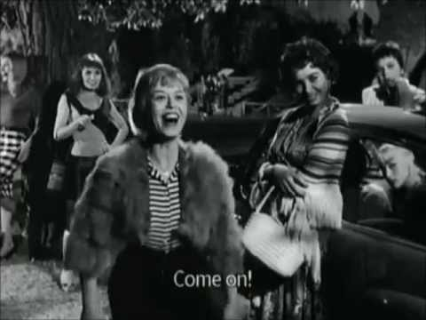 Giulietta Masina dancing in