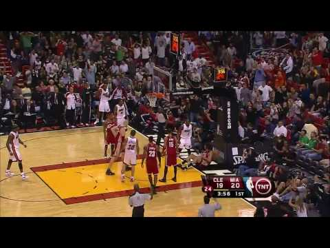 Dwyane Wade Dunk on Varejao (HD) Video