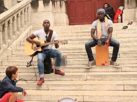 Уличные музыканты красиво поют в Париже.