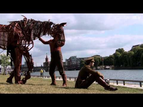 Stage.TV - WAR HORSE-Star Joey erobert in Berlin die Herzen von Groß und Klein