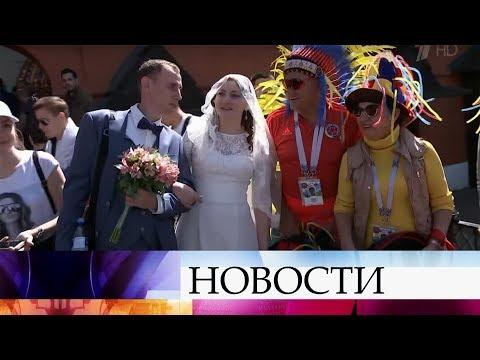Футбольные болельщики со всего мира гуляют по Москве и поют песни.