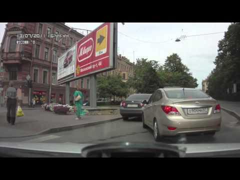 Девушка за рулем замыслила что-то своеобразное)))