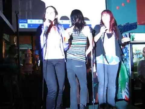 El trio de cantantes...va el duo