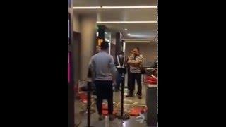 بالفيديو: الاعتداء على طاقم طائرة بسبب تأخر الرحلة