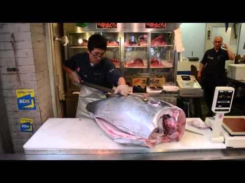 Cutting a big tuna at Tsukiji Fish Market (Tokyo, Japan)