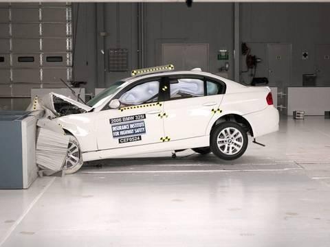 2006 BMW 3 series moderate overlap IIHS crash test