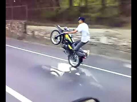 Moto pirueta en la Autopista