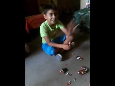 Jugando con mi primo con botes de carrera