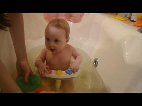 Александра купается в ванной