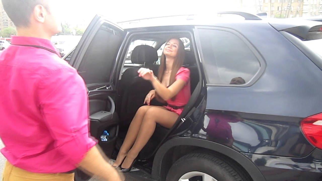Фото девушек вылезающих из машины 13 фотография