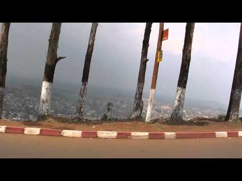 A subir para a Serra entre Mamfe e Douala (Camarões)