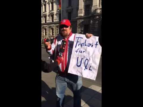 Fan kämpft für Uli Hoeneß - Prozess in München gegen den FC Bayern Präsidenten