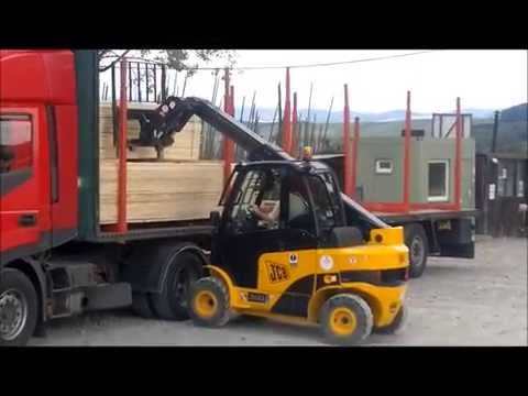 Vykladanie reziva z kamióna vozíkom JCB Teletruk 35D 4x4