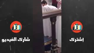 لم يتحمل الجن صوت الشيخ فخرج من أحد المصلين في المسجد
