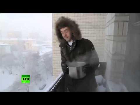 Fa bollire l'acqua e la getta dal balcone