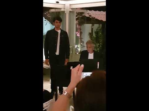 Matteo Bocelli canta insieme ad Andrea Bocelli. Matteo Bocelli sings with his father Andrea Bocelli.