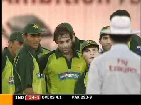 Rawalpindi Express Shoaib Akhtar destroyed his Favourite Bunny Master Blaster Sachin Tendulkar with an inswinging 150kph(93mph) Bolt...What a Beauty ....Grea...