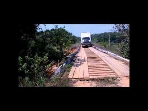トラックが橋を渡ります・・。何か起きます。