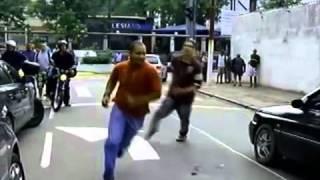Motorista bêbado bate em carro de policial e inicia briga - UOL Notícias
