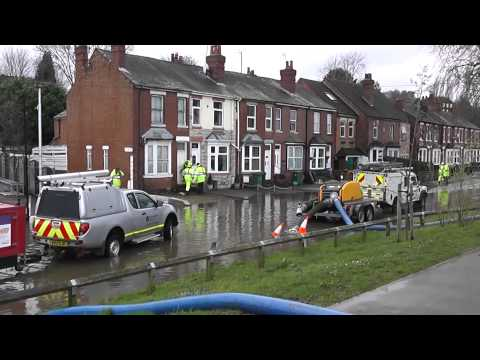Video & pictures of the Worcester floods filmed from Tybridge Street, New Road & Hylton Road, Worcester, Worcestershire, England. Worcester Bridge was closed...