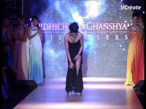Sushmita Sen's OOPS MOMENT while walking on the ramp.