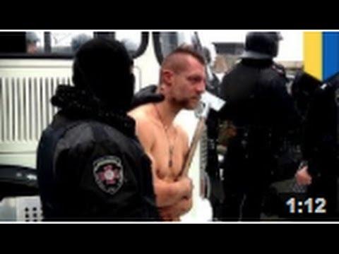 En Ukraine un manifestant se fait humilier par la police