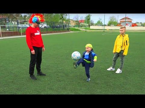 Сколько МЕЛКИЙ набивает на ноге???How many times does the child stuff a ball on his leg ???