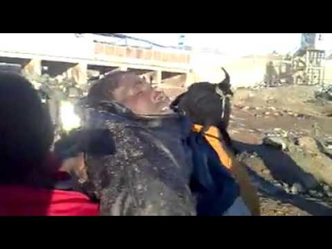 Inmigrantes recogen cuerpos de compañeros ahogados en Ceuta