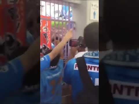 ◆悲報◆横縞サポ?シドニーFCサポに混じった日本人、横国で「うんこマリノス」チャントを熱唱してしまう(´・ω・`)