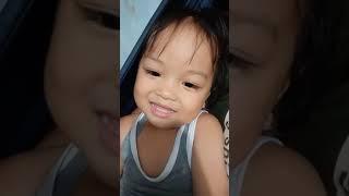 Em bé 2 tuổi trình bày liên khúc nhạc thiếu nhi.