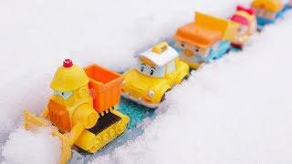 Driving toy cars across the snow with roboca poli/로보카 폴리 눈을 헤쳐 달려봐요
