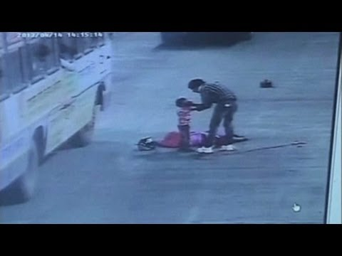 Passersby ignore dead mother and child after crash in India -6LF25tvAFY8
