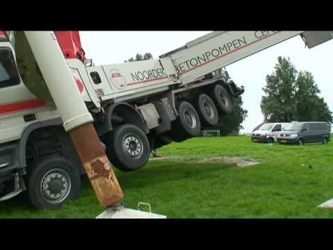 Een enorme vrachtwagen met betonpomp kantelde dinsdag op de Fenneweg bij Hantumeruitburen. De betonpompvrachtwagen is uitgerust met een lange giek waarlangs ...