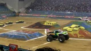 Highlights Monster Jam 2009 Gelredome - ElToro beats GraveDigger 1