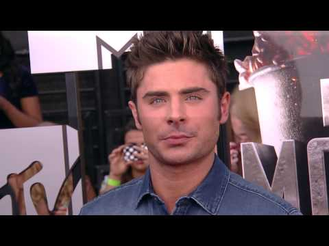 Zac Efron todavía con camisa en los Movie Awards