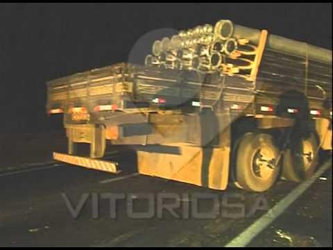 Acidente na BR-050: Motorista não percebe colisão entre caminhões e segue viagem