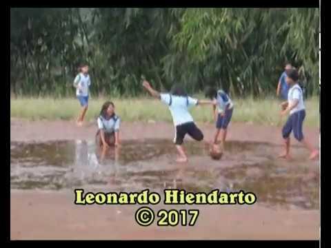 Sekolah di Pedesaan Wonosobo : Anak kelas 6 SD Candirejo olah raga di lapangan becek.