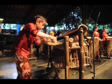 Demo angklung di Saung Angklung Udjo-Bandung..