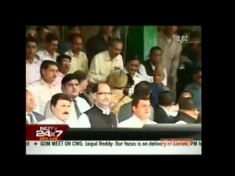 Shoe hurled at Omar Abdullah  during his speech in Srinagar Bakhshi Stadium 15 Aug2010