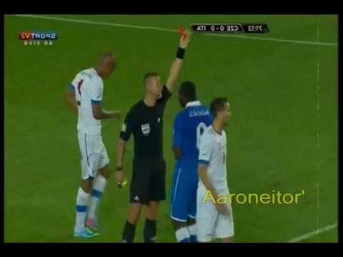 Mario Balotelli Red Card - Reacts with Punches and kicks - Berrinche de balotelli por expulsion