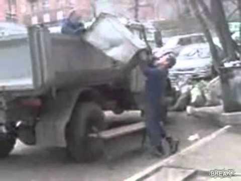 Pijani śmieciarze w Rosji, ładownie śmieci na samochód